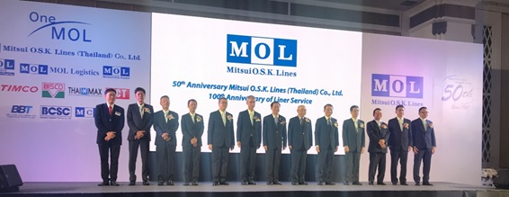 MOL President & CEO Ikeda (5th from the right) and hosts greet guests at the party